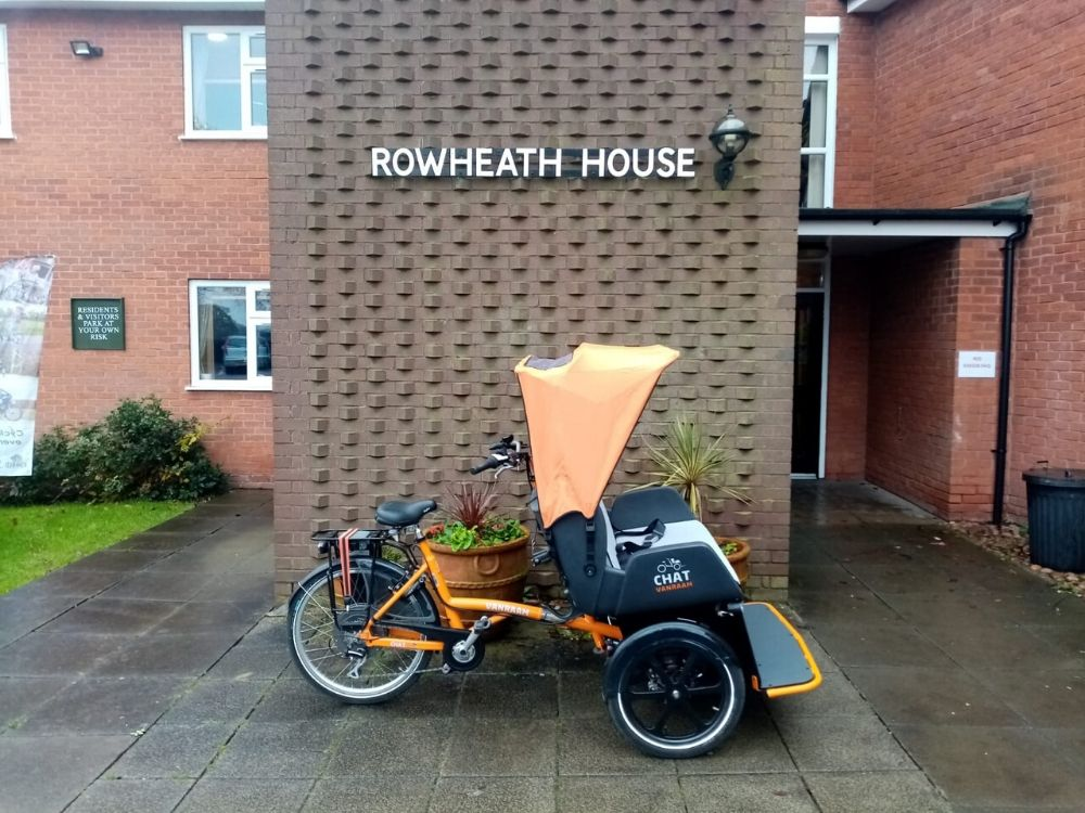 Van Raam riksja fiets Chat in England cycling withouth age bij verzorgingstehuis Rowheat House