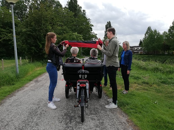 Rickshaw cargo bike Chat photo shoot Van Raam folding canopy