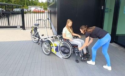 Placing the wheelchair on Van Raam VeloPlus wheelchair bicycle in the direction of travel