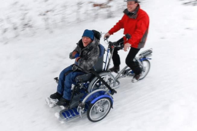 rolstoelfiets in de sneeuw